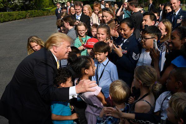 """白宫""""带孩子上班日"""" 特朗普为萌娃签名合影"""