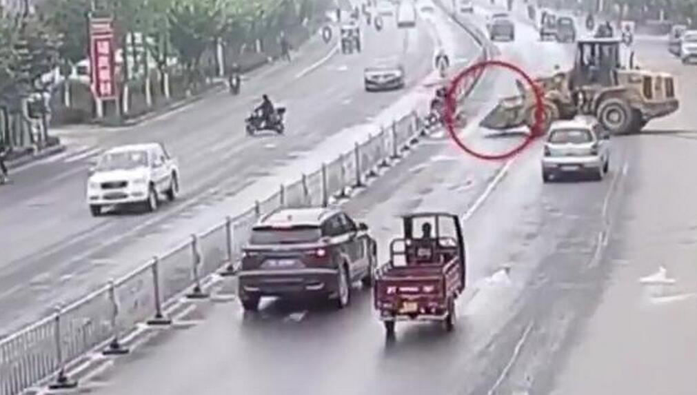 嫌挡道 男子驾铲车铲断隔离桩被拘留罚款