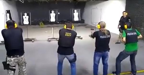 """巴西射击教练无视实弹训练规定""""穿越火线"""""""