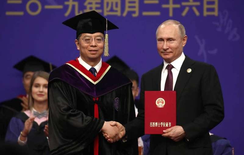 俄媒:清华校长为普京颁发名誉博士学位证书