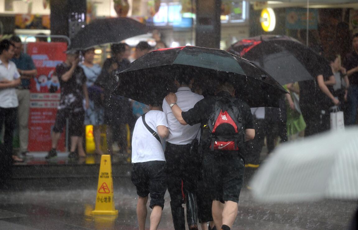 广州暴雨一安保往返商场和地铁口间50多次接送市民