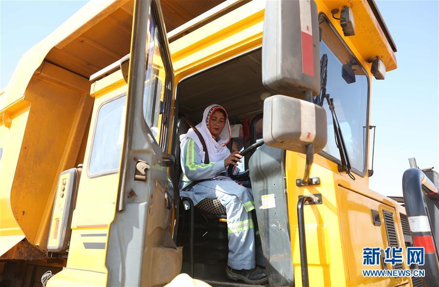 巴基斯坦塔尔煤矿的女翻斗车司机
