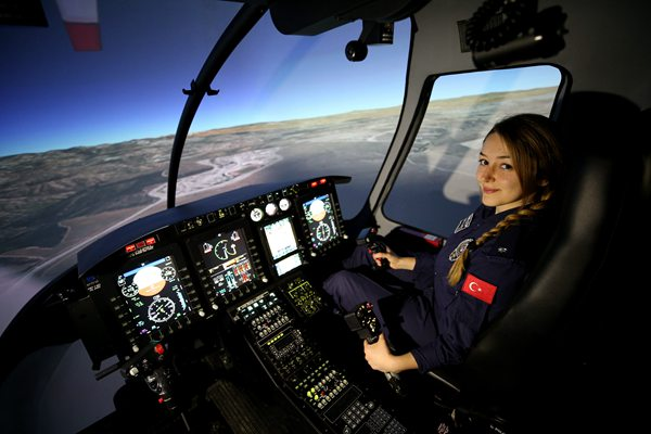 土耳其警方诞生首位女直升机机长 高颜值吸睛