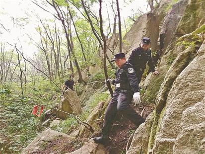 女驴友探险被巨石压住九死一生 警方联手急进深山展开救援