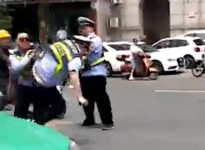 安徽桐城两名辅警因工作分歧当街互殴:停岗当天即被辞退