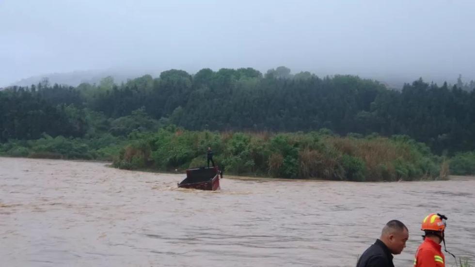 """""""佛系""""司机把车停在河床睡觉,醒来发现被淹了"""