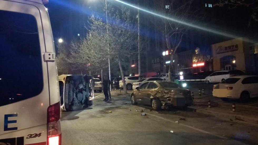 凌晨两点,酒驾女子先撞车后翻车!