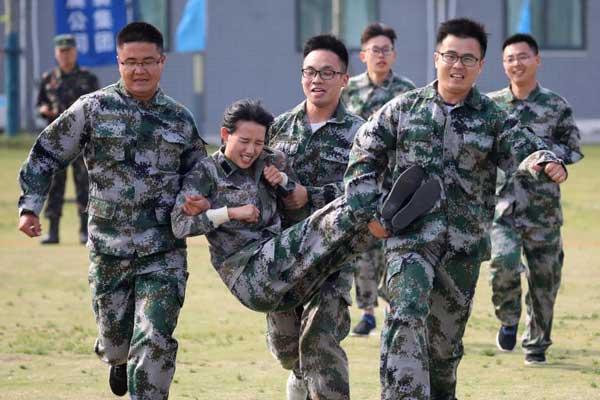 南京青年开展军事拓展训练提升凝聚力