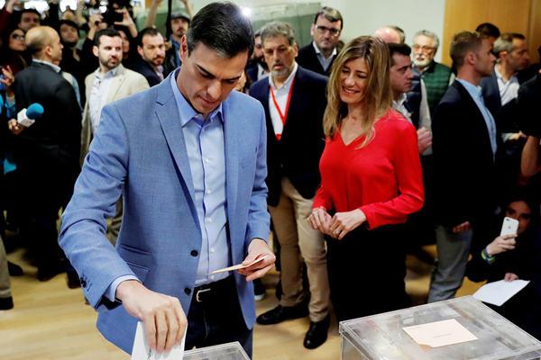 西班牙举行大选 首相桑切斯参加投票