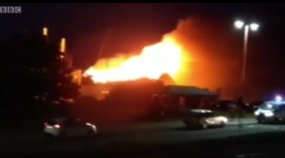 伦敦希思罗机场北部城镇集装箱仓库起火 现场黑烟滚滚