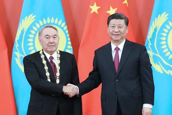 """习近平为纳扎尔巴耶夫举行""""友谊勋章""""颁授仪式"""