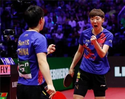 力克日本的总和孙Yingsuo  - 王张曼玉夺得世锦赛女双金牌