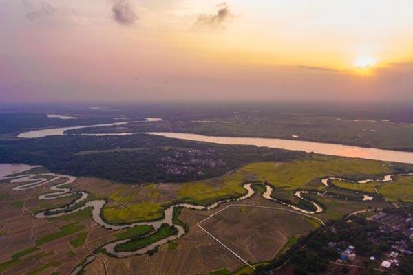 航拍海口三十六曲溪湿地 犹如巨龙漫舞稻田间