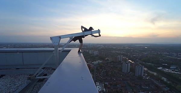 国外少年用三根手指将自己挂在131米高大楼外