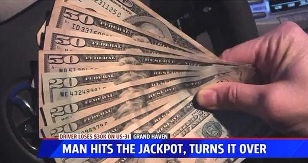 """美密歇根州国道惊现""""钞票雨"""" 路人相继归还"""