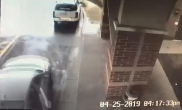 超Man!美国8岁男孩带姐姐跳下被劫车辆成功自救