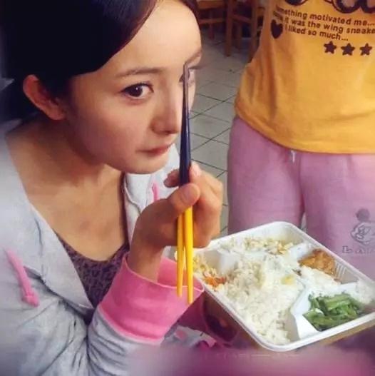 刘德华片场排队打饭,张一山垃圾堆旁吃,而她豪华套餐单间吃!