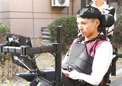 帮助渐冻人 西安电子科技大学师生研发眼球控制轮椅