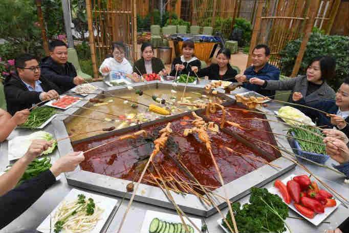 湖南益阳农人制巨型麻辣烫共享劳动成果
