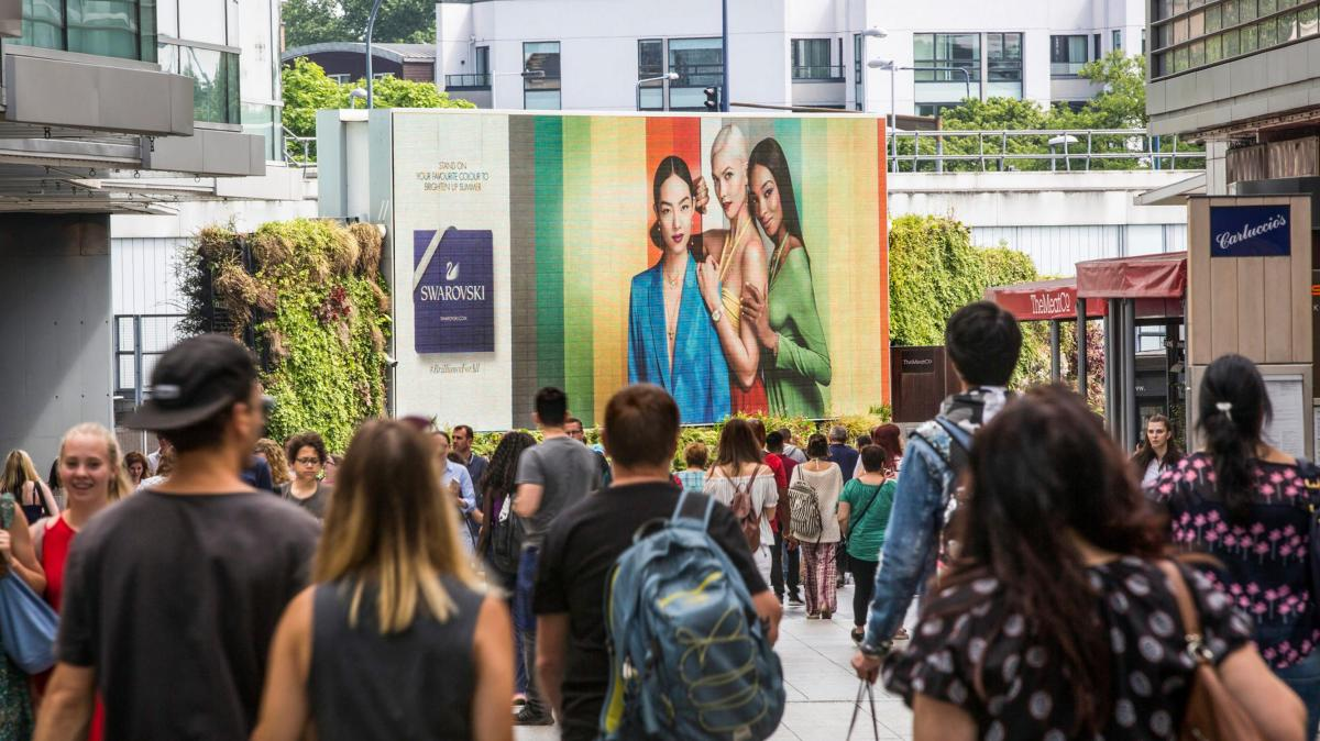 """英国智能广告牌可以分析人脸 """"看人下广告"""""""
