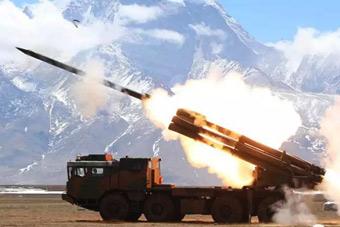 西藏军区远程火箭炮在海拔4600米点火发射