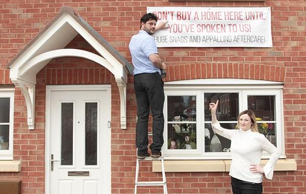 英夫妇在新屋外挂条幅警告其他买家房屋有缺陷