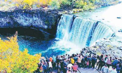 世界地质公园镜泊湖景区迎来游客高峰