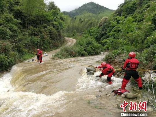 广西桂林:突发洪水四人被困 消防火速救援