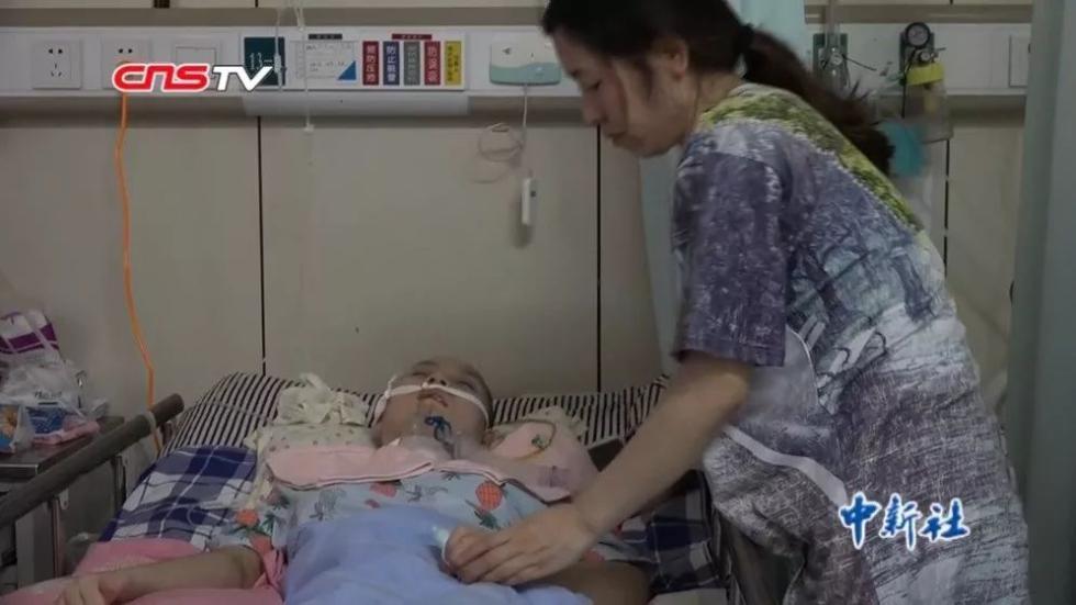 """""""孩子,坚强点""""…女儿被车撞伤昏迷,父亲写日记记录点滴变化"""