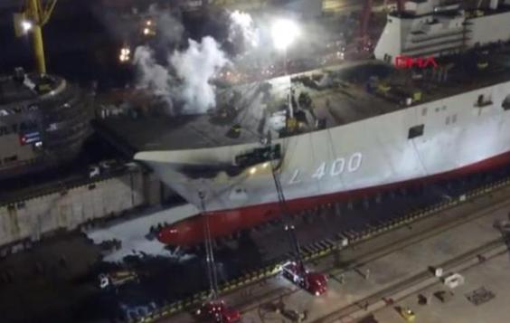 """土耳其第一艘在建""""国内""""航空母舰失火现场浓烟滚滚。"""