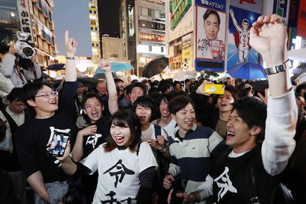"""日本开启""""令和""""新时代 多地民众彻夜狂欢庆祝"""
