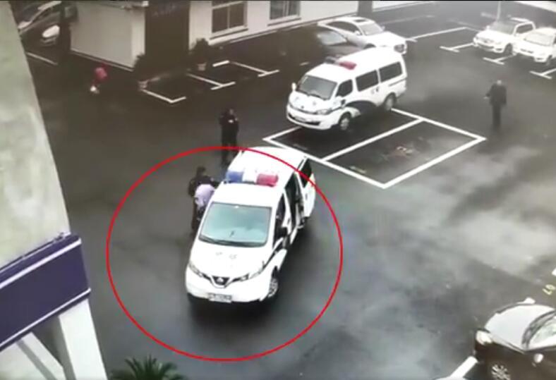 巧了!真警察吃早餐遇到个假警察,一查还是逃犯