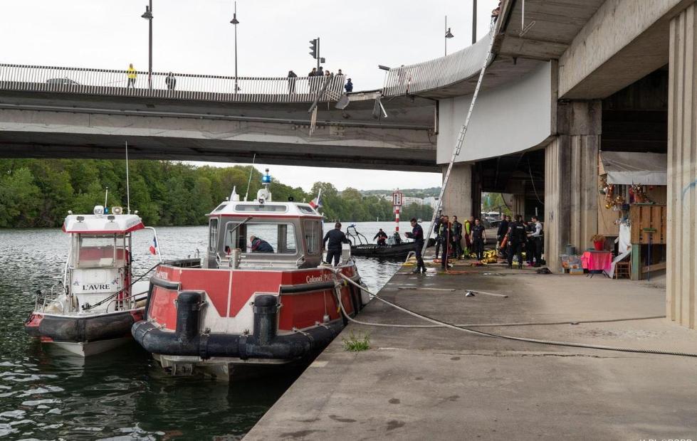巴黎一奔驰车冲进塞纳河 致母子二人死亡