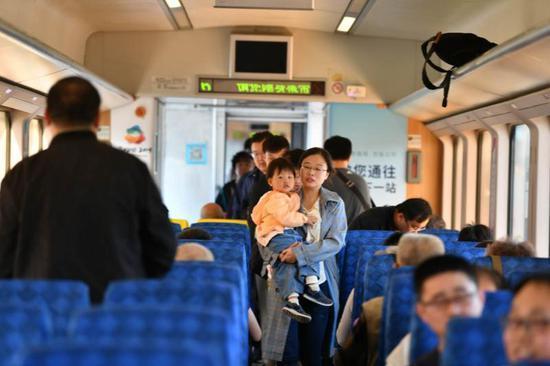 """""""五一""""假期首日 逛世园会S2线列车上午趟趟满员"""