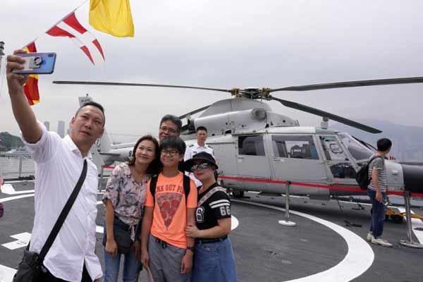 五千香港市民参观解放军海军舰艇