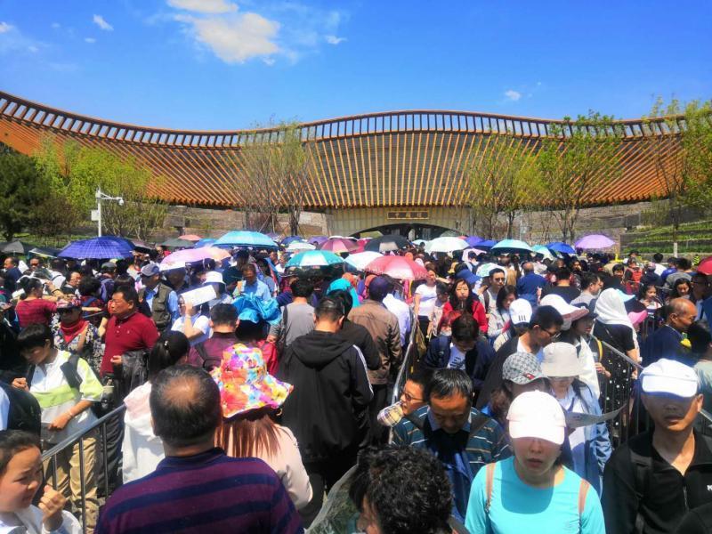 北京世园会迎高峰 中午进中国馆需排队两小时