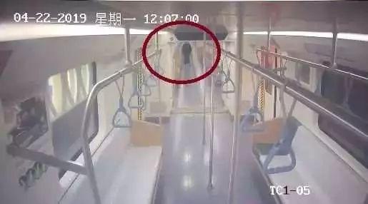 真难看!两名男子在地铁车厢内涂鸦 8人花了10小时才清理干净
