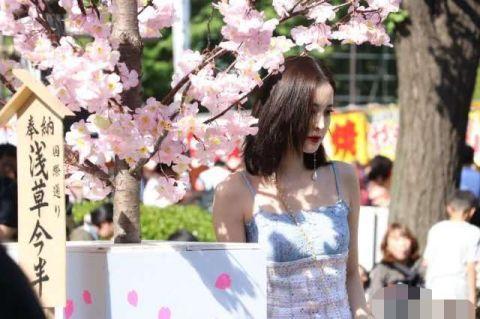 网友日本偶遇娜扎独自过生日,路人镜头下的她清纯动人美得不像话