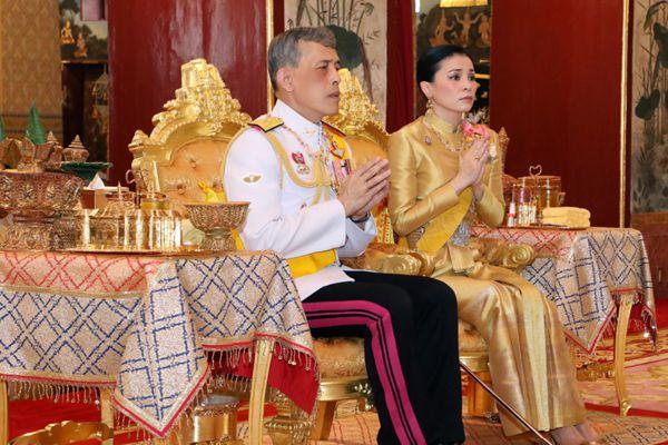 加冕典礼前夕 泰王在皇宫参加宗教仪式