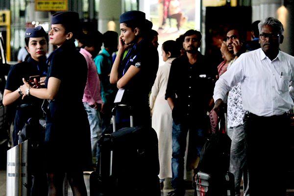 印度遭热带气旋袭击 航班取消列车停运