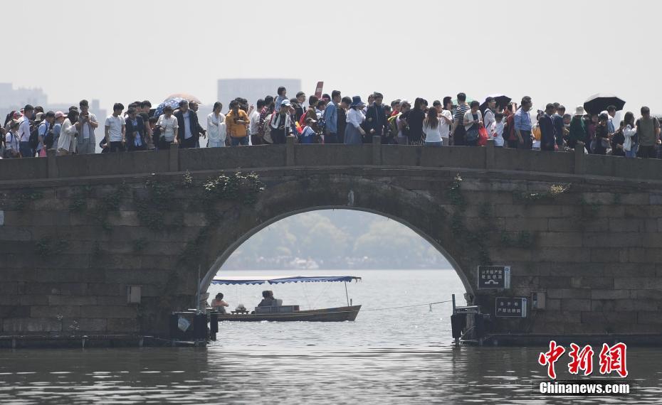 """""""五一""""假期 杭州西湖游人如织"""