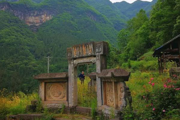 四川广元大山深处发现一座古民居 门窗上雕刻精美