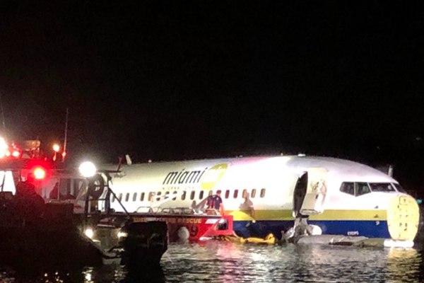 美国一架波音737客机冲出跑道滑入河中