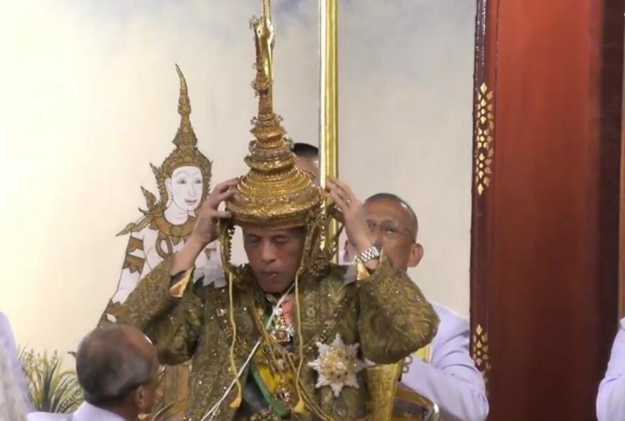 戴上7公斤王冠,泰国国王正式加冕