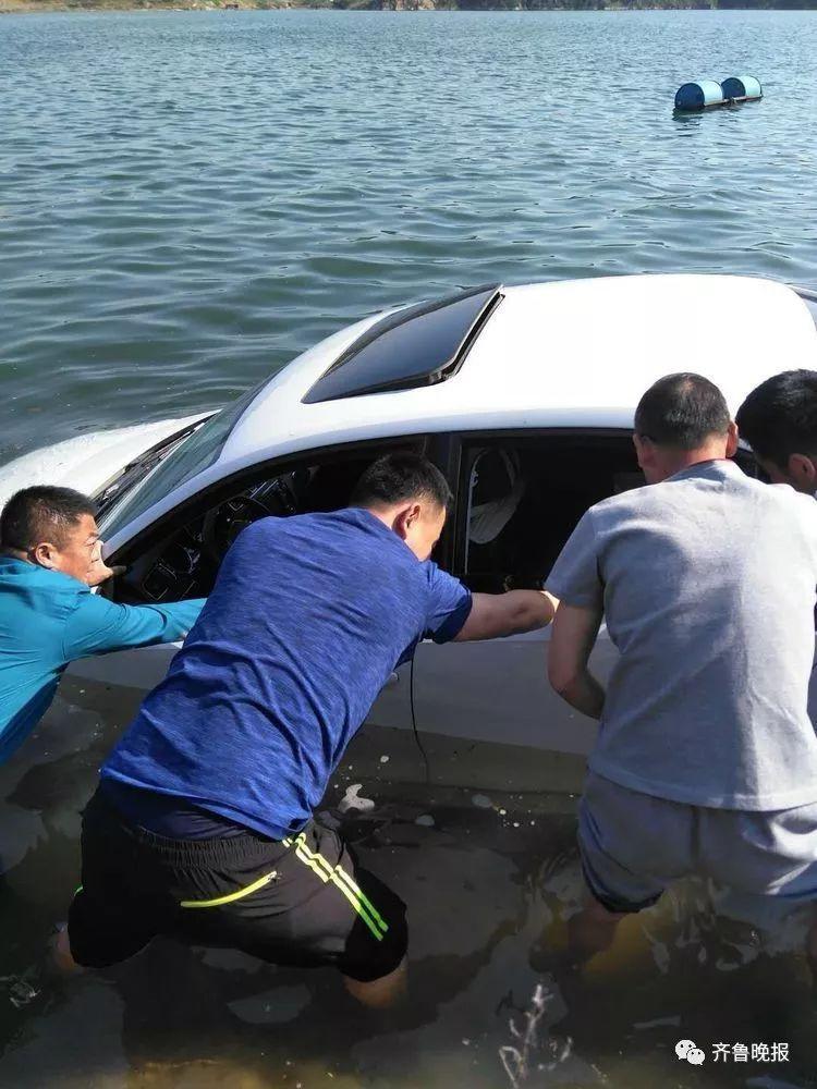 惊险!轿车突然冲入雪野湖,车内还有九旬老人
