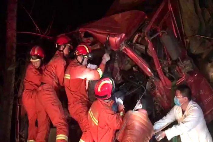 凌晨两货车追尾一人被困 潍坊消防紧急救援