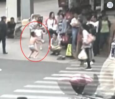 贵阳一男孩穿内裤路边蹲马步,家长:他摸女同学屁股,必须罚