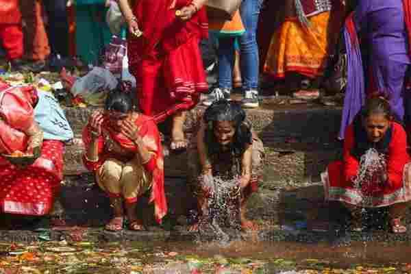 尼泊尔母亲节:民众沐浴怀念去世的母亲