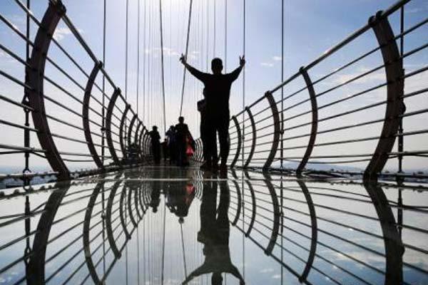民众走进江苏华西村体验凌空玻璃桥