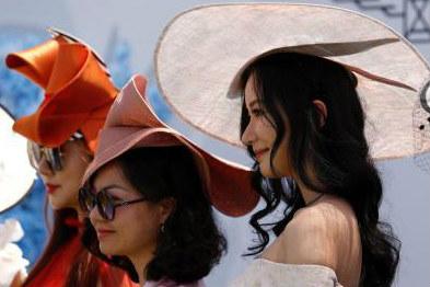 """上海马术赛场女性观众美""""帽""""动人"""